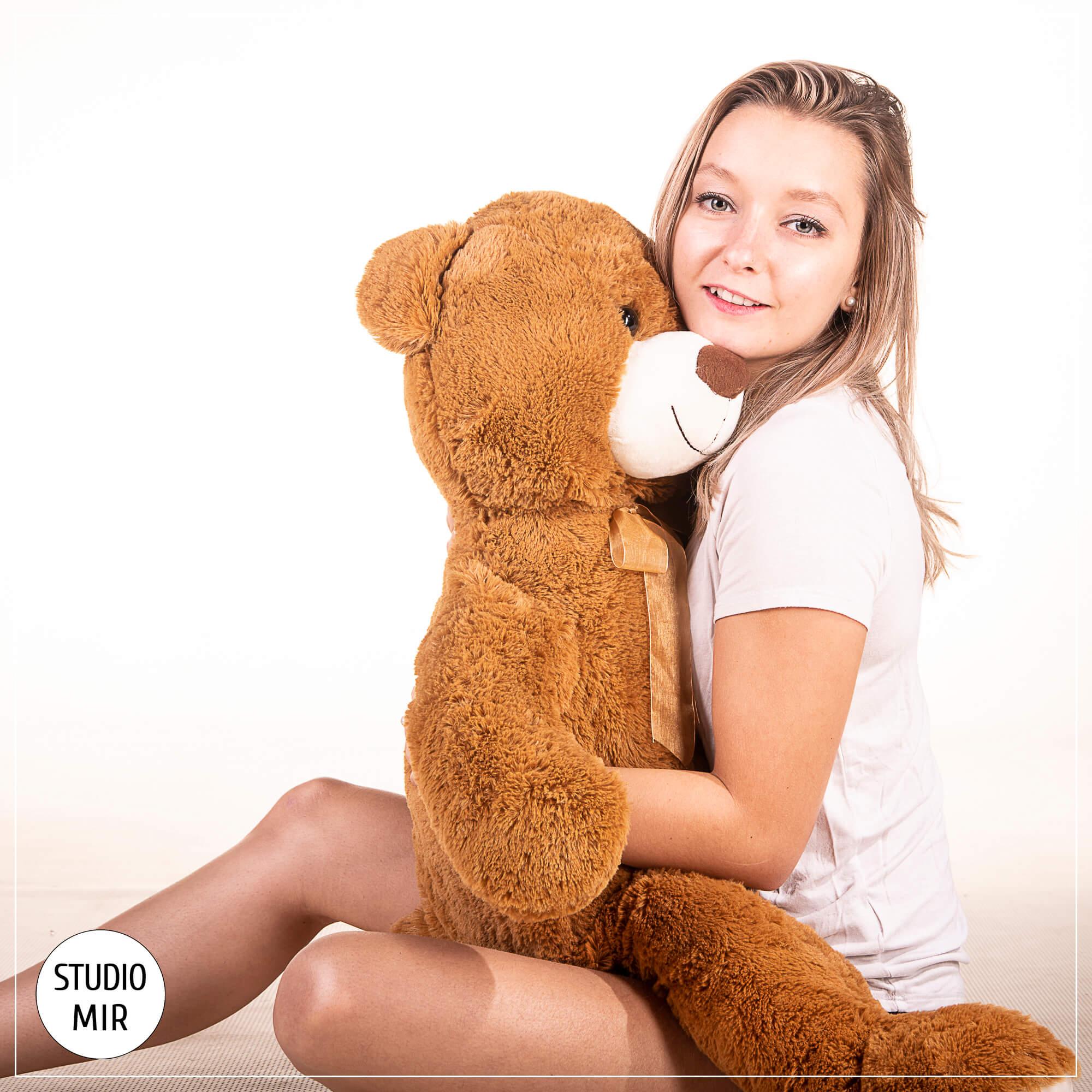 Shooting photo modèle avec son ours dans le Val-De-Marne