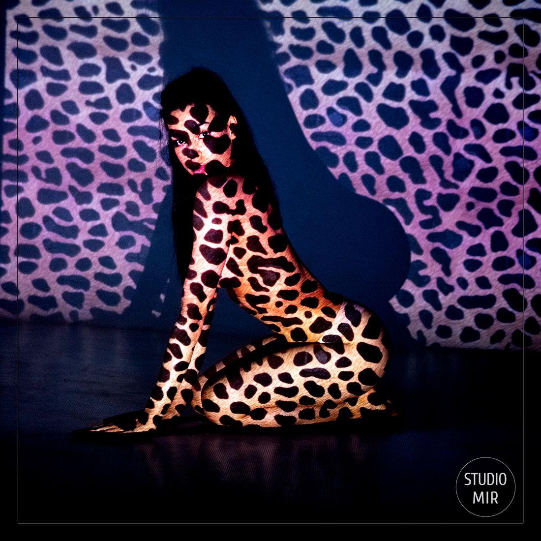 Photographe Boudoir et projection de motif léopard sur le corps près de Paris