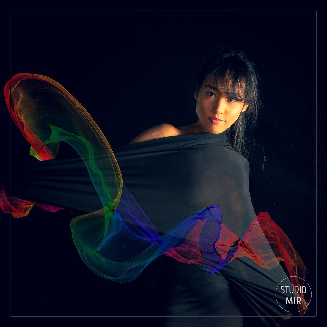 Photographe modèle avec voilages en studio photo dans le Val de Marne