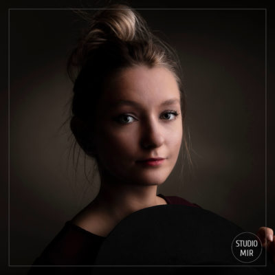 Photographe professionnel : séance photo modèle sombre en studio dans le Val de Marne