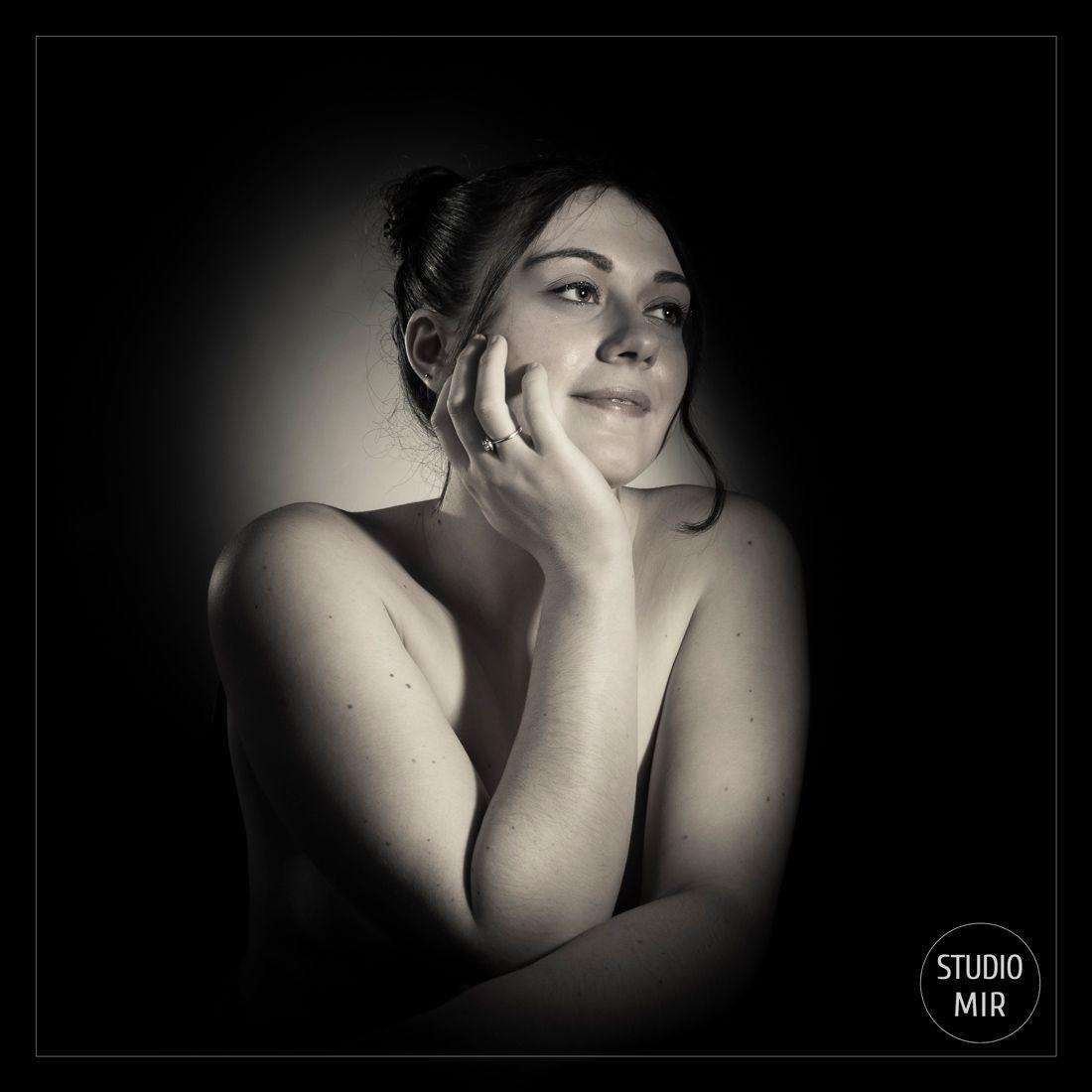 Photographe Boudoir cinéma en noir et blanc dans le Val de Marne