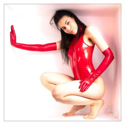 Shooting photo en studio en combinaison latex dans le Val de Marne