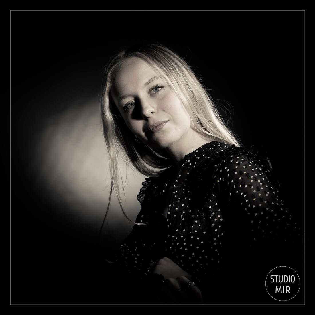 Photographe portrait en noir et blanc près de Paris inspiré du studio Harcourt