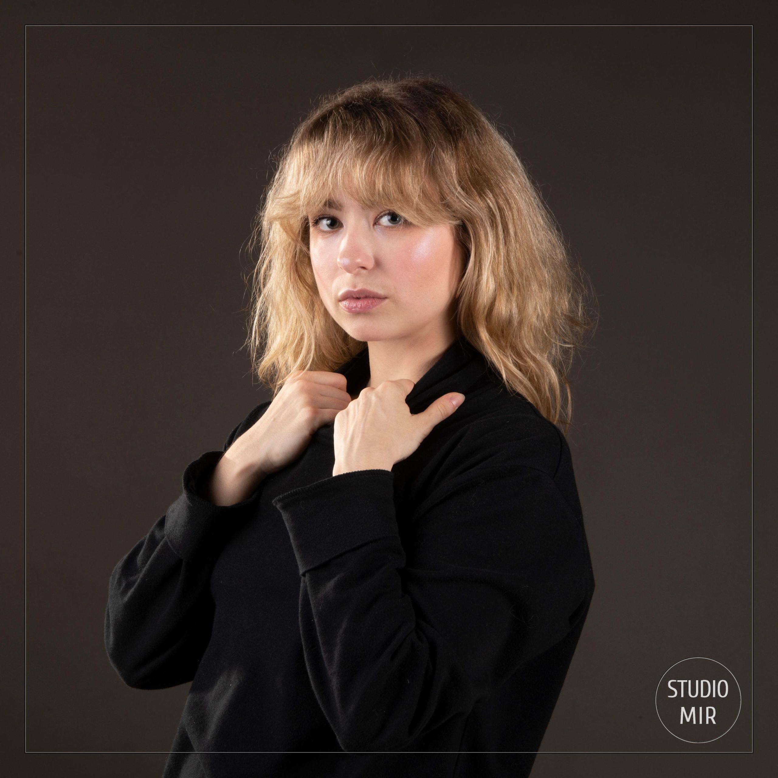 studio photo professionnel près de Paris: séance photo femme sur décor sombre