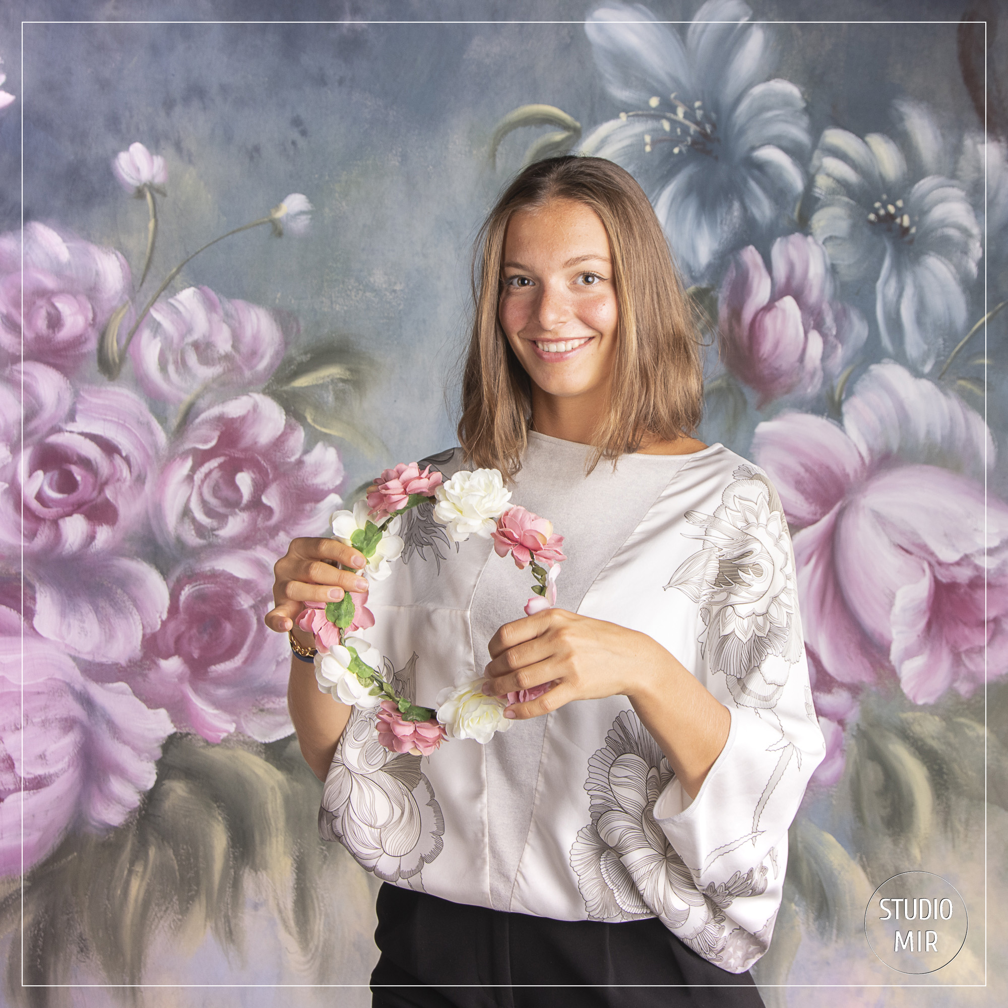 Photographe modèle en studio : shooting fond à fleurs près de Paris