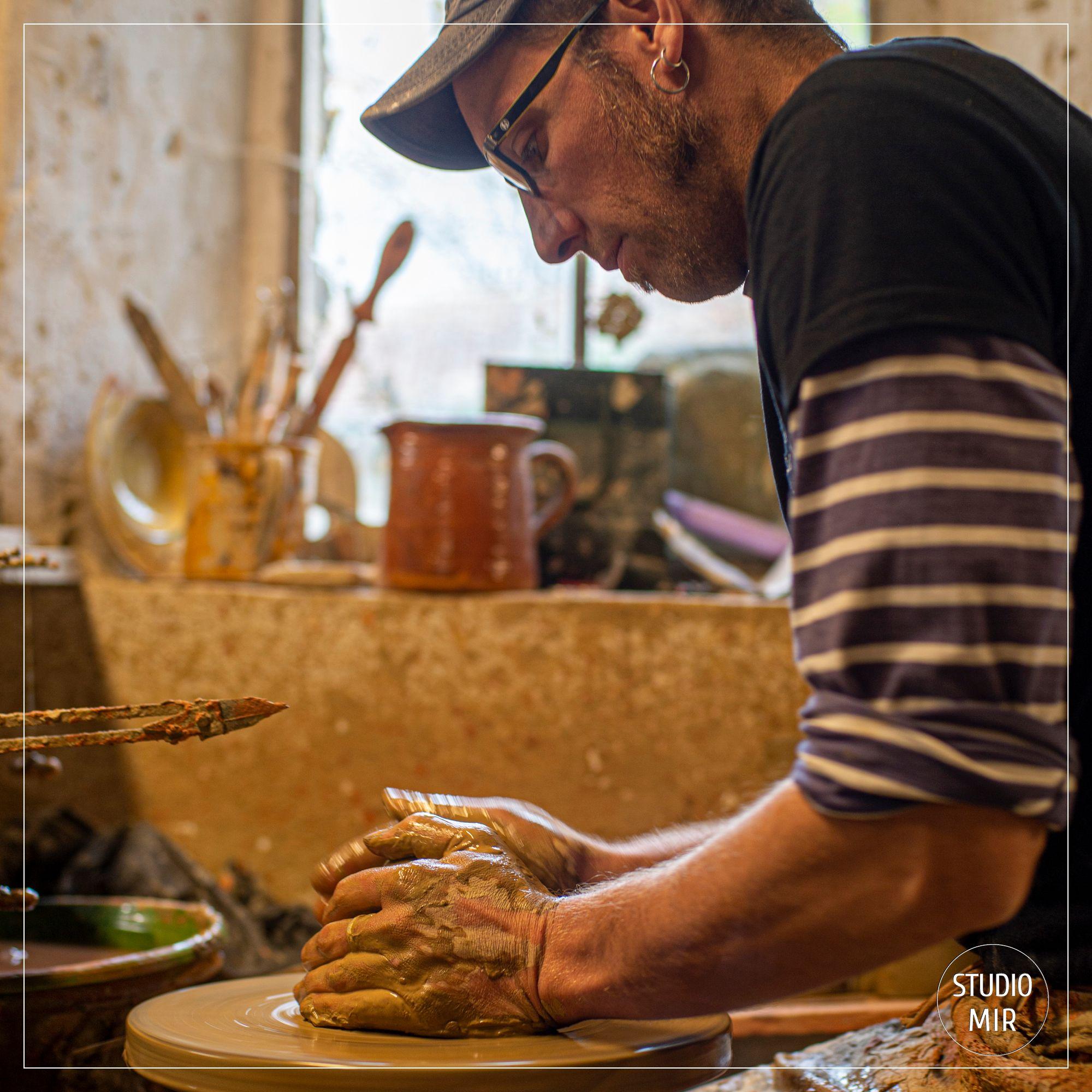Reportage photo pour mettre en valeur le savoir-faire de l'atelier de poterie de Cliousclat dans la Drôme