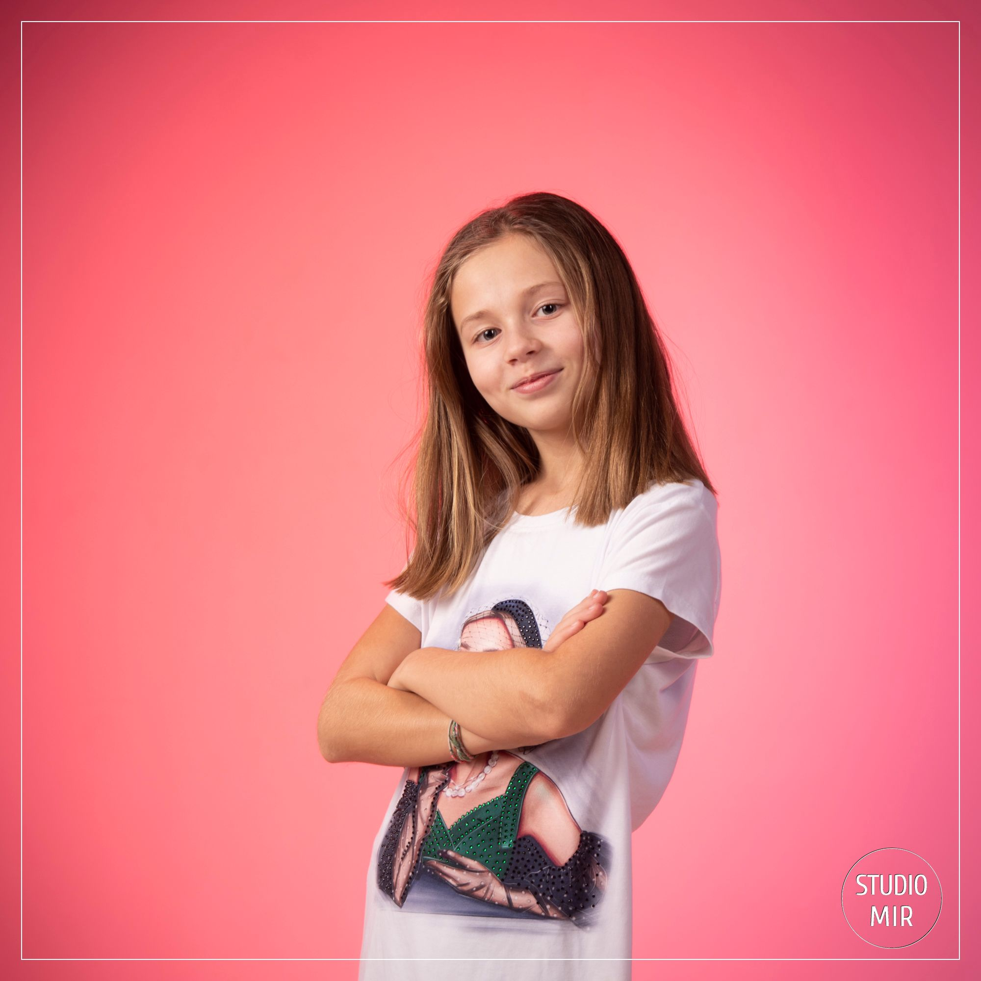 Séance photo adolescente avec fond rose dans le Val de Marne