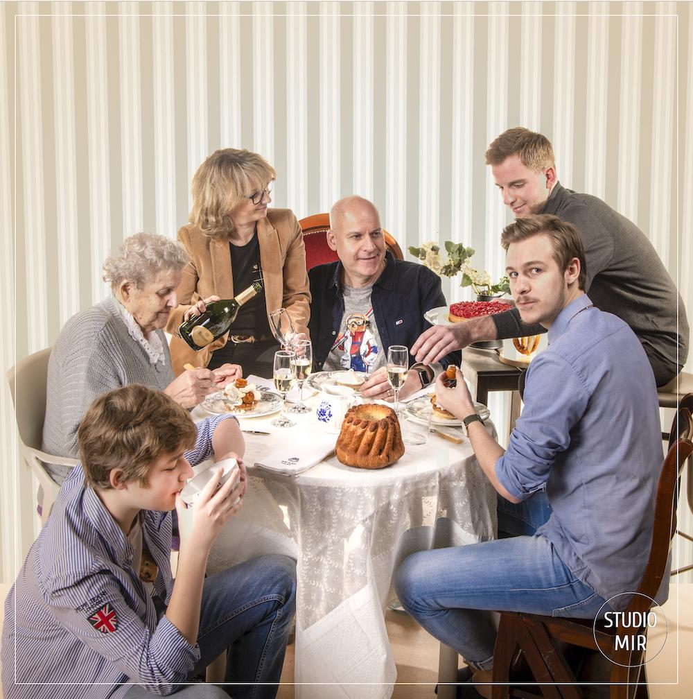 Séance photo famille à table en studio dans le Val de Marne